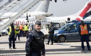 Un gendarme sécurise le tarmac d'un aéroport.