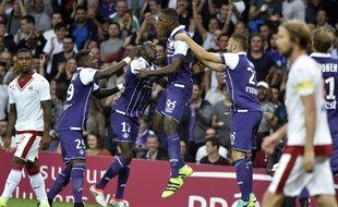 Le défenseur du TFC Issa Diop fête son but contre Bordeaux avec ses coéquipiers, le 20 août 2016 au Stadium de Toulouse, en Ligue 1.