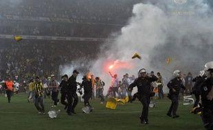 Le club stambouliote de Galatasaray a remporté pour la 18e fois de son histoire le titre de champion de Turquie samedi, en obtenant le nul (0-0) sur le terrain de son grand rival Fenerbahçe, choc qui a donné lieu à des heurts entre supporteurs et avec la police.