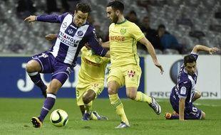 Le milieu offensif du TFC Oscar Trejo (à gauche) face au milieu nantais Adrien Thomasson lors du match de Ligue 1 au Stadium de Toulouse, le 6 février 2016.