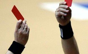 Double carton rouge lors d'un match de handball. Mais il n'y a bien qu'un seul joueur expulsé.