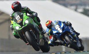 Le pilote espagnol David Checa (Kawazaki) devant le Français  Gregg Black (Suzuki) lors des 24 Heures du Mans.