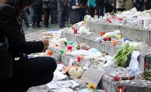 Un hommage aux victimes des attentats à Paris a été rendu samedi place de la Mairie à Rennes.