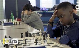 Un jeune réfugié nigérian de 8 ans est champion d'échecs.