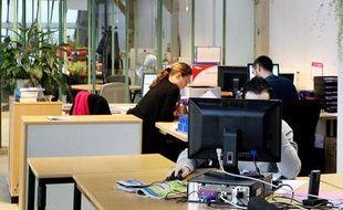 Illustration: des employés dans une entreprise en open space