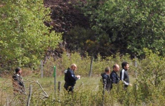 Berkane Makhlouf, escorté par des officiers de police le 13 mai 2014 à Aydat, lors des fouilles.
