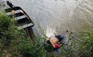 View of the bodies of Salvadoran migrant Oscar Martinez Ramirez and his daughter, who drowned while trying to cross the Rio Grande -on their way to the US- in Matamoros, state of Coahuila on June 24, 2019.