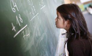 Une fillette au tableau dans une salle de classe, France, Octobre 2013.