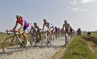 Le peloton du paris-Roubaix passe sur le secteur pavé d'Orchies en 2013.