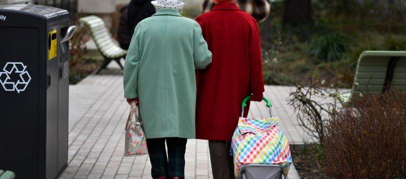 Deux personnes âgées dans la rue (image d'illustration).