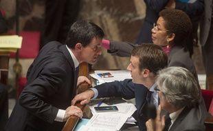 Manuel Valls et Emmanuel Macron à l'Assemblée nationale, le 10 février 2016.