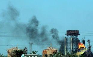 Des réservoirs de gaz en feu après une attaque dans la raffinerie de Taji (à 20 km au nord de Bagdad), le 15 mai 2016