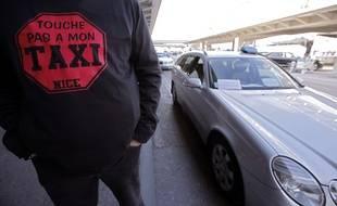 Un chauffeur de taxi à l'aéroport de Nice en janvier 2013.
