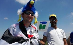 Alexandre, fan des Bleus, sur le bord des routes du Tour ce jeudi à Mûr-de-Bretagne.
