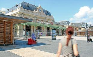 Sur l'esplanade de la gare, les deux kiosques sont en cours de finitions.