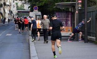 Des coureurs dans les rues de Paris le 11 avril 2020 alors que la France est confinée pour éviter la propagation du coronavirus.