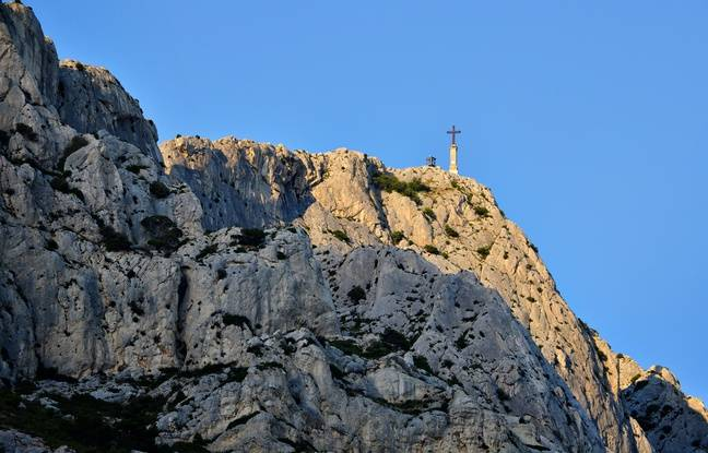 Perchée à 946 mètres, la Croix de Provence jouxte une chapelle et un refuge où les randonneurs peuvent passer la nuit.