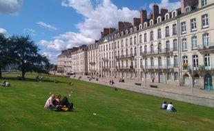 Des personnes profitent du soleil sur les pelouses du quai de Turenne à Nantes