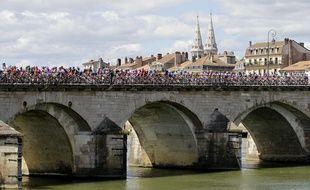 Photo d'illustration d'un pont au-dessus de la Saône, ici à Mâcon lors du Tour de France 2012.