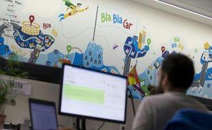 Des employés de Blablacar mettent en relation conducteurs et passagers, depuis les bureaux parisiens de l'entreprise le 17 avril 2015