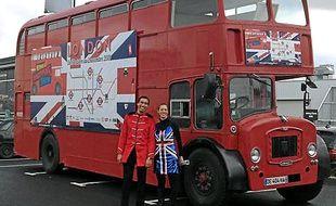 Un bus anglais sillonne la ville.