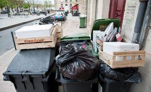 Bordeaux, 5 avril 2012. Poubelles entassees dans la rue a Bordeaux. - Photo : Sebastien Ortola