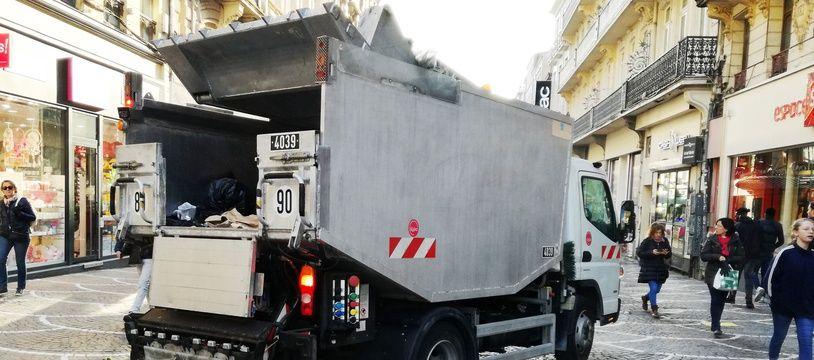 A Lille, le 21 mars 2018 - Illustration d'un camion-benne d'Esterra à Lille.
