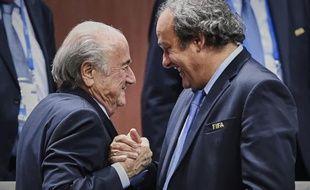 Le président de la Fifa Sepp Blatter avec son homologue de l'UEFA Michel Platini, le 29 mai 2015 à Zurich