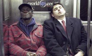 Deux hommes endormis dans le métro new-yorkais, à Manhattan, en décembre 1999.