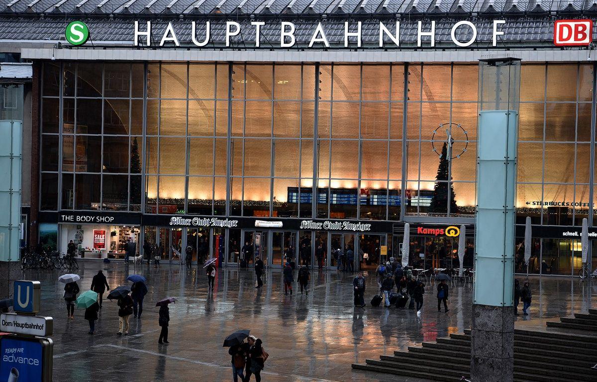 Cologne (Allemagne), le 11 janvier. Des Allemands passent devant la gare de Cologne où une vague d'agressions à eu lieu la nuit du Nouvel An. – PATRIK STOLLARZ / AFP