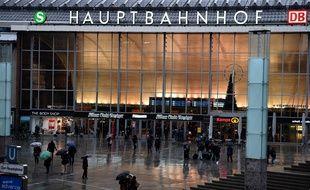 Cologne (Allemagne), le 11 janvier. Des Allemands passent devant la gare de Cologne où une vague d'agressions à eu lieu la nuit du Nouvel An.