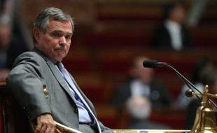"""Le président de l'Assemblée nationale Bernard Accoyer propose, dans un entretien à paraître vendredi dans Les Echos, de lancer """"un grand emprunt d'Etat"""" et """"une amnistie fiscale"""" pour sortir de la crise bancaire et financière."""