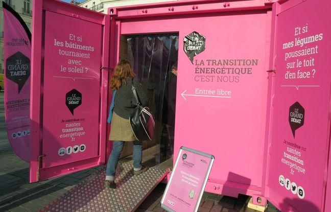 Une habitante entrant dans le container d'information du grand débat sur la transition énergétique à Nantes métropole.