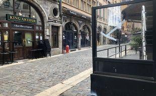 Ce mardi, rue de la Monnaie (Lyon 2e), il reste quelques traces des bagarres ayant éclaté lundi soir durant le match France-Suisse.