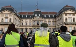 Des gilets jaunes devant la préfecture de la Haute-Loire, quelques semaines avant l'incendie. (archives)