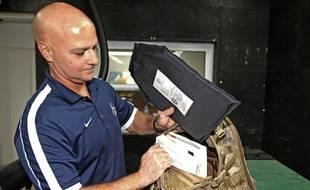 Le fabricant Alex Cejas montre un sac à dos pare-balles , en novembre 2017, à Miami (Etats-Unis).