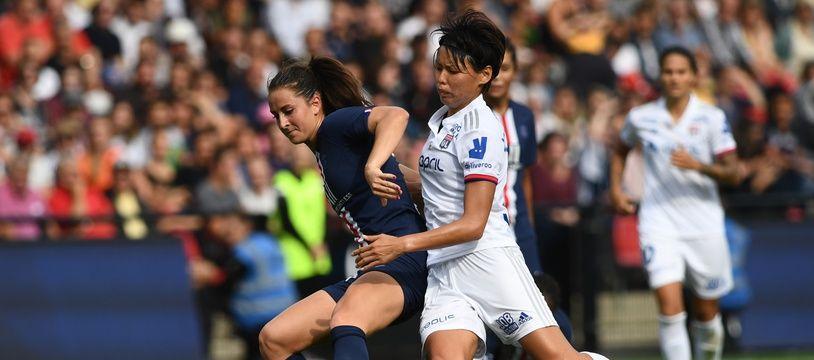 La Lyonnaise Saki Kumagai est ici à la lutte avec la Parisienne Sara Däbritz, lors du Trophée des championnes en septembre 2019.
