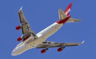 La fusée de Virgin Orbit, baptisée LauncherOne, fixée sous l'aile du Boeing 747 «Cosmic Girl», le 17 janvier 2021.