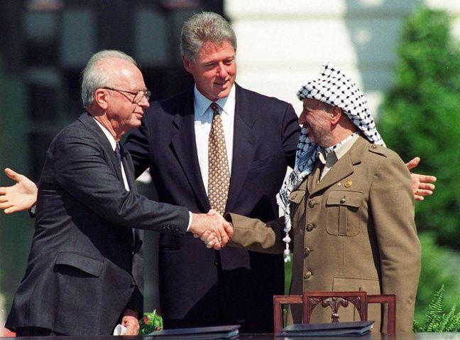 Le Premier ministre israélien Yitzhak Rabin serre la main du leader palestinien Yasser Arafat devant le président américain Bill Clinton le 13 septembre 1993 à Washington.