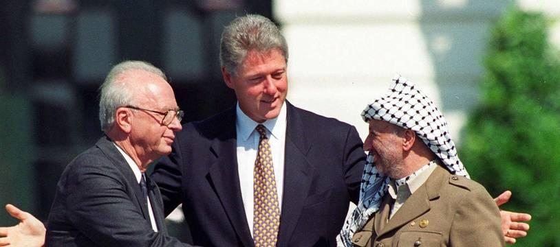 Le Premier ministre d'Israël Yitzhak Rabin serre la main au leader palestinien Yasser Arafat devant le président américain Bill Clinton le 13 septembre 1993 à Washington.