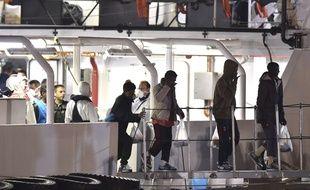 Les rescapés du naufrage d'une embarcation au large de la Libye arrivent au port de Catane, en Italie, le 20 avril 2015.