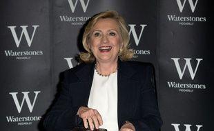 Hillary Clinton dédicace son dernier livre, «Le temps des décisions», à Londres, le 3 juillet 2014/.