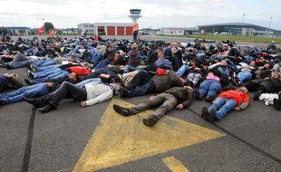 Des salariés de l'agroalimentaire ont bloqué l'aéroport de Brest, le 14 octobre 2013.