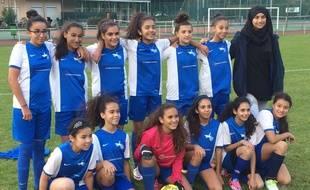 Essia et son équipe. La jeune femme a été sanctionnée par la ligue régionale de football qui refuse qu'elle porte le voile au bord d'un terrain.