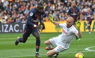 Le gardien nantais Maxime Dupe face à l'ailier parisien Moussa Diaby.