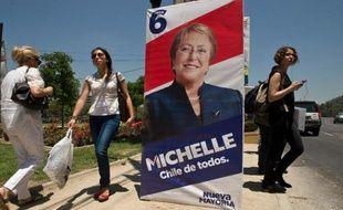 Le Chili vote dimanche lors d'élections générales qui devraient ramener au pouvoir l'ex-présidente socialiste Michelle Bachelet, portée par une popularité immense et l'espoir de changement de millions de Chiliens qui pourraient lui assurer la victoire dès le premier tour.