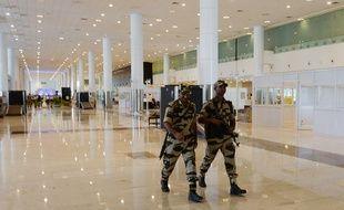 Des forces de sécurité patrouillent dans l'aéroport de Chennai en Inde.