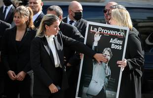 La fille de Bernard Tapie, Sophie, embrasse le portrait de son père à l'église Saint-Germain-des-Près, à Paris, le 6 octobre 2021.