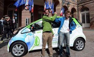 Ils ont rechargé leurs batteries dans le désert de Gobi ou des villages isolés de l'Ouest américain: deux ingénieurs français ont achevé lundi un tour du monde en voiture électrique, une aventure qui prouve selon eux que ce véhicule convient très bien à un usage quotidien.