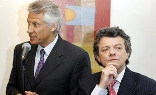 Dominique de Villepin, alors Premier ministre et Jean-Louis Borloo, alors ministre du Travail, à Maisons-Alfort (Val-de-Marne) le 31 mai 2006.